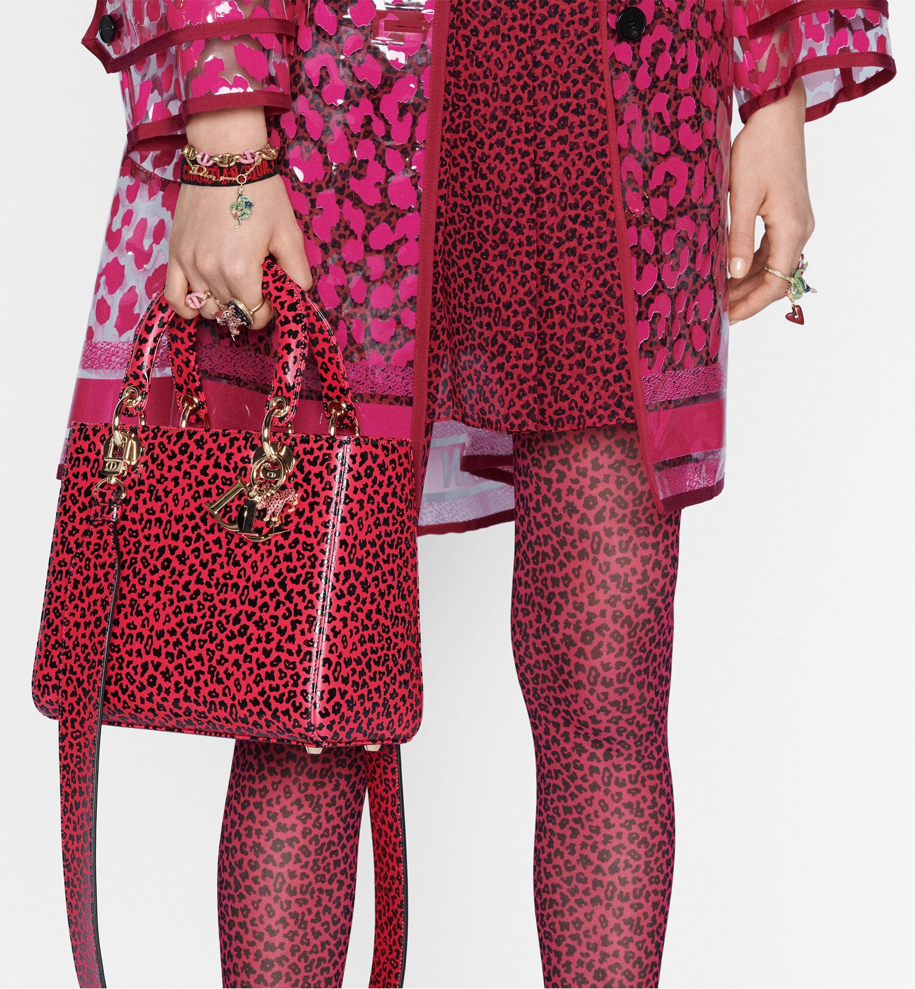Mittelgroße Lady Dior Tasche aria_wornViewCropped aria_openGallery