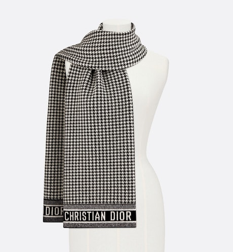 30 Montaigne Scarf Front view
